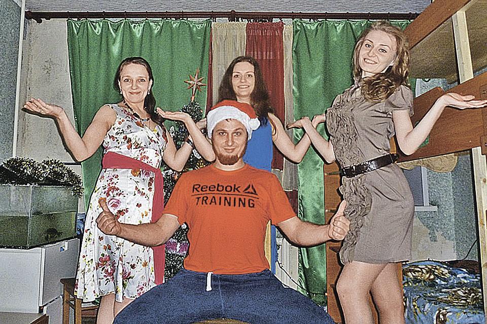 «Султан» Иван Сухов со своим гаремом. Слева - официальная супруга Наталья, справа - «вторая жена» Анна. В центре - «третья жена» Юля, сбежавшая из семьи.