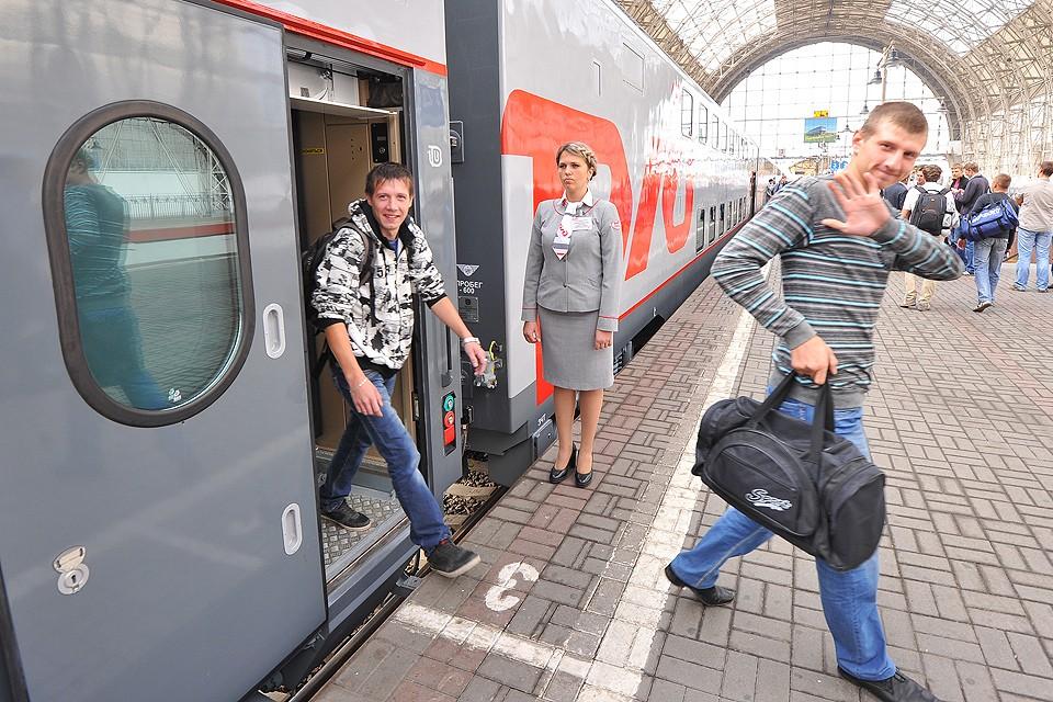Пассажиры поезда дальнего следования `Москва-Адлер` на Киевском вокзале.