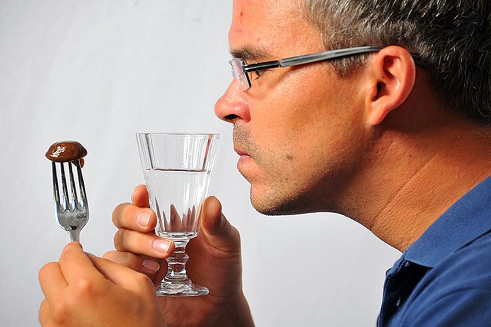Этиловый спирт, входящий в состав алкогольных напитков, у нас в организме перерабатывается в промежуточный продукт — токсичное вещество ацетальдегид