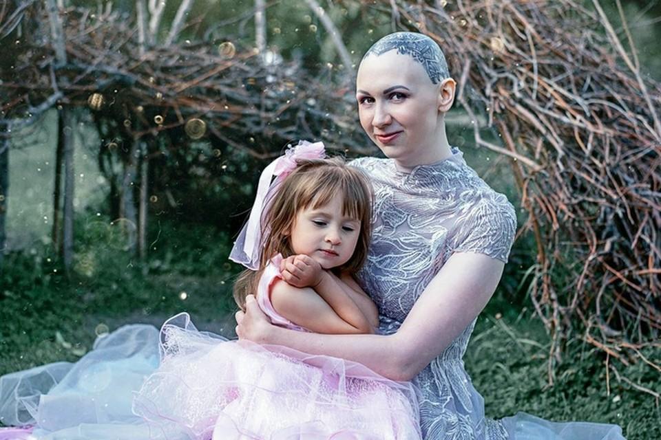 На площадке Вика была вместе с четырехлетней дочкой и сыном. Фото: Георгий Ланской