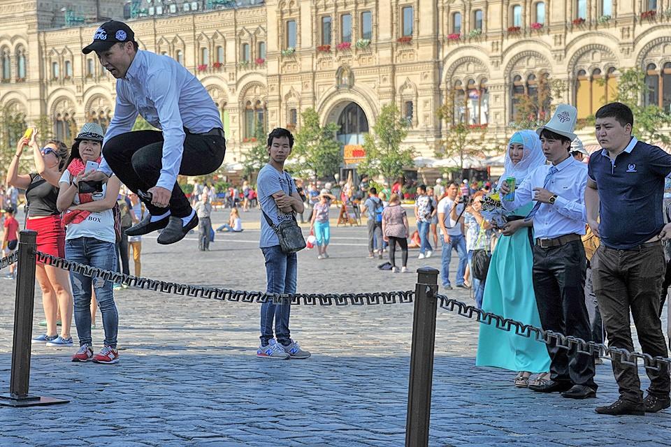 Один из гостей киргизской свадьбы на Красной площади в Москве.