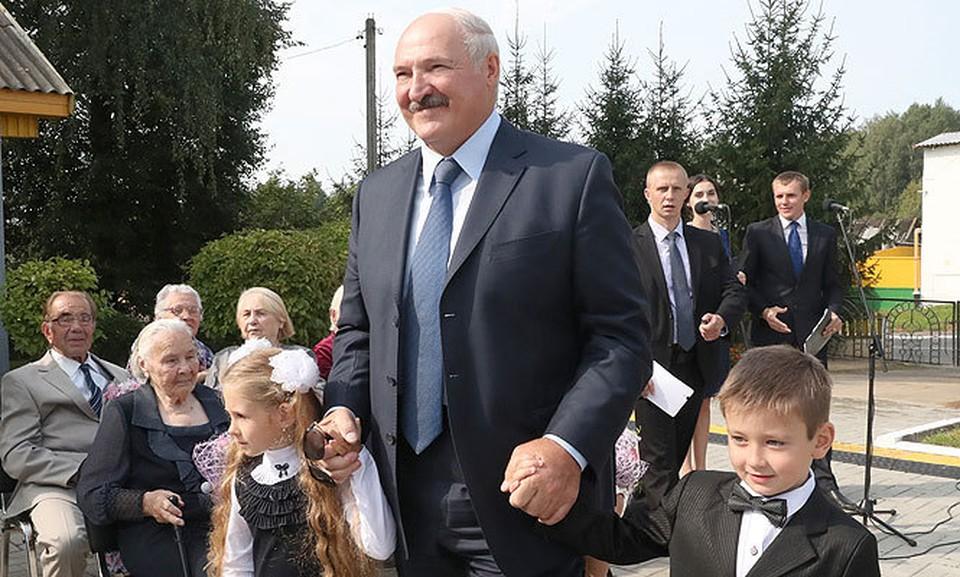 Александр Лукашенко пришел на линейку в школу, где сам когда-то учился. ФОТО: пресс-служба президента.
