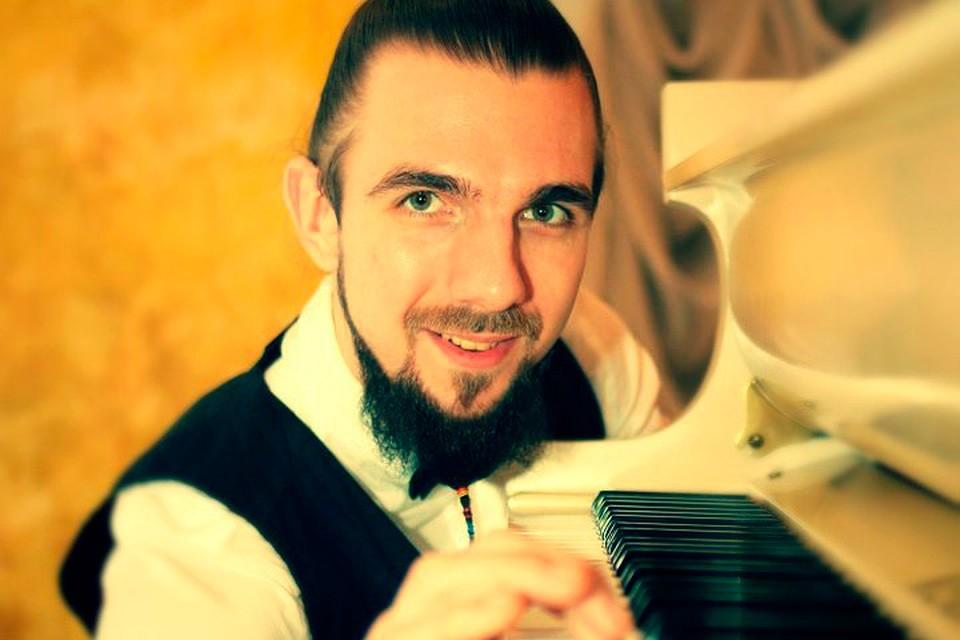 Павел Андреев придумал проект «Рояль на помойке» и сыграл на рояле прямо на полигоне.