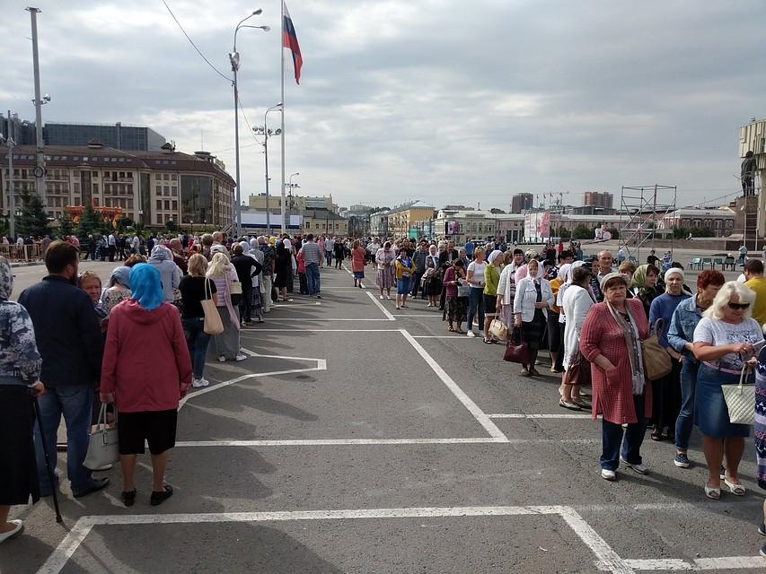 Тысячи паломников продолжают стоять в очереди к мощам Спиридона Тримифунтского в Туле Inx960x640