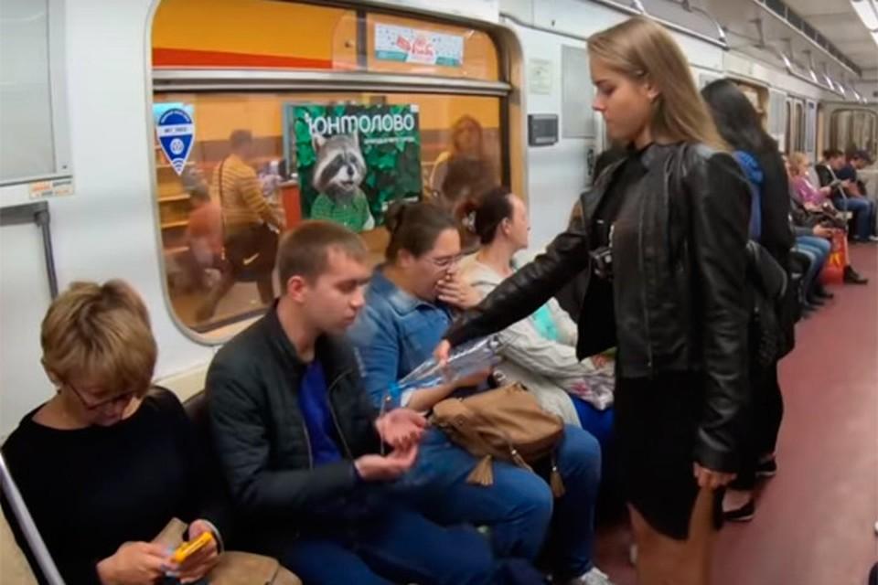 Феминистки в Петербурге решили бороться с раздвинутыми ногами радикальными методами. Скрин с видеоролика.