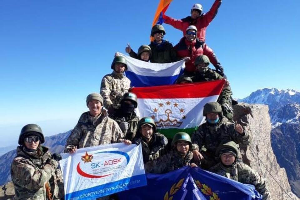 Военные разведчики водрузили флаг ОДКБ на вершину пика Нурсултан. Фото: предоставлено объединенным пресс-центром ОДКБ
