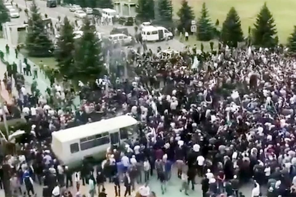 Обстановка накаРиРась настоРько, что в вышедших к митингующим чиновников поРетеРи бутыРки