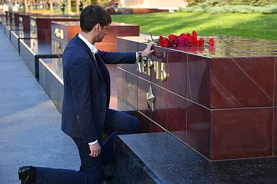 Москвичи несут цветы к мемориалу Города-героя Керчи.