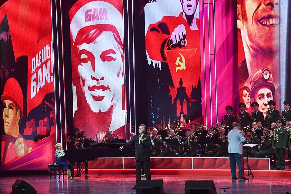 26 октября в Кремле состоялся праздничный вечер в честь 100-летия комсомола.