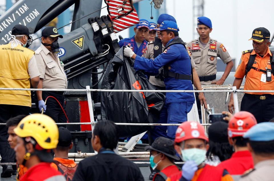 Полиция начала ДНК-экспертизу тел пассажиров индонезийского боинга