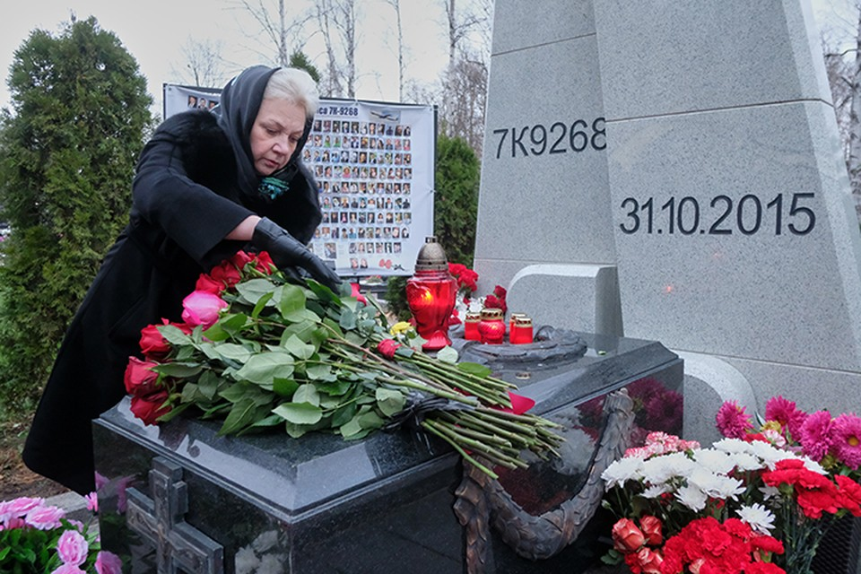 Сегодня, 31 октября, прошла траурная церемония на Серафимовском кладбище у мемориала «Сложенные крылья».
