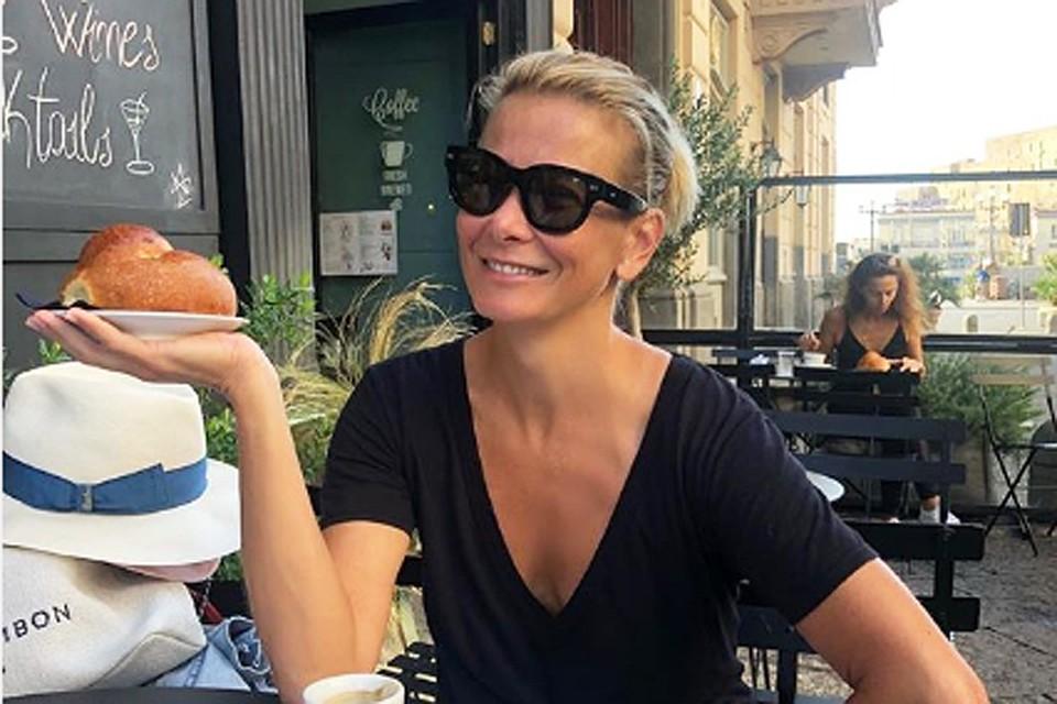 Юлия Высоцкая часто позволяет себе булочки, но, по ее словам, умеет вовремя остановиться. Фото: Инстаграм.
