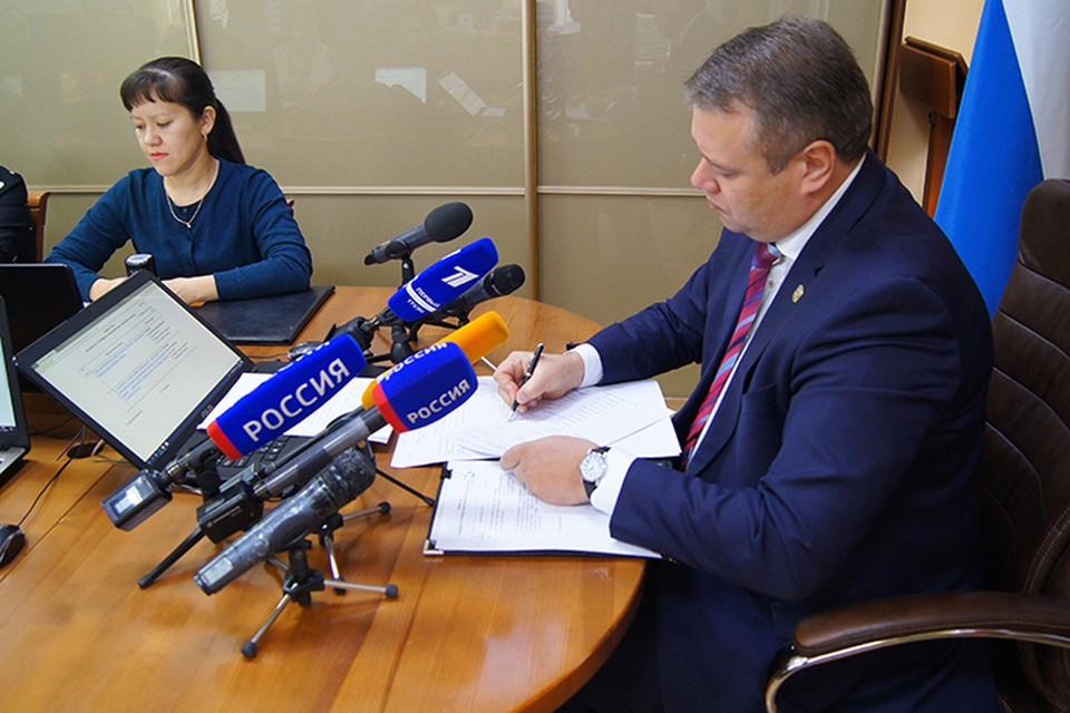 Свою подпись под итоговым протоколом ставит председатель Избирательной комиссии Хакасии Александр Чуманин.