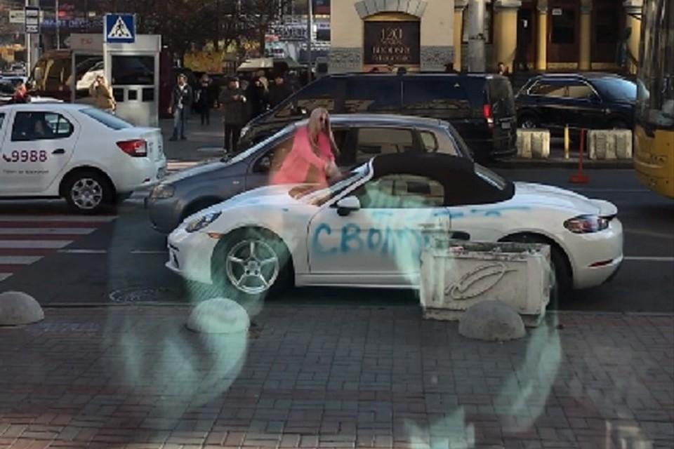 В центре Киева блондинка в розовом пальто изрубила топором Porsche 62798dfa8c8