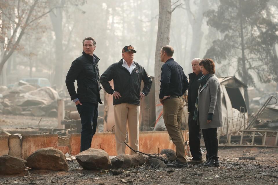 Президент США Дональд Трамп посетил в Калифорнии город Пардайз, который был уничтожен лесным пожаром