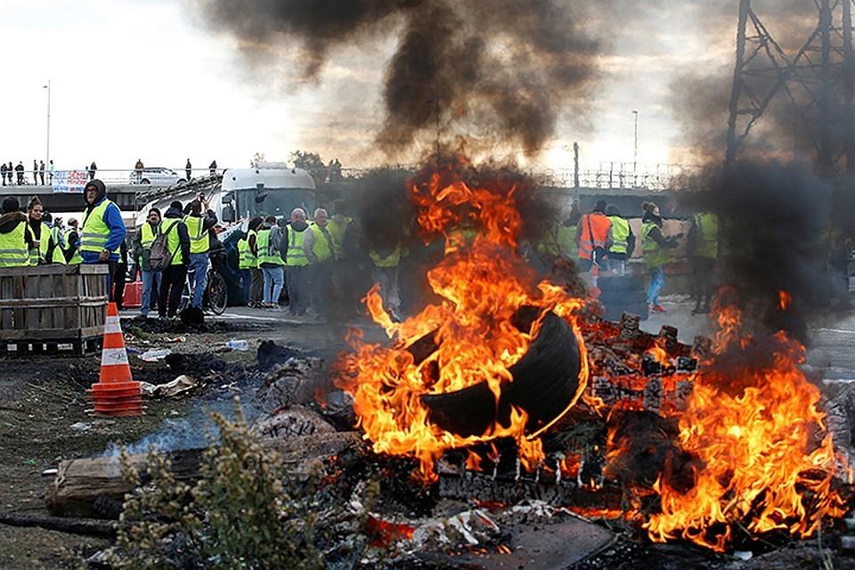 Глава МВД Франции обвинил протестующих в нападении на его дом