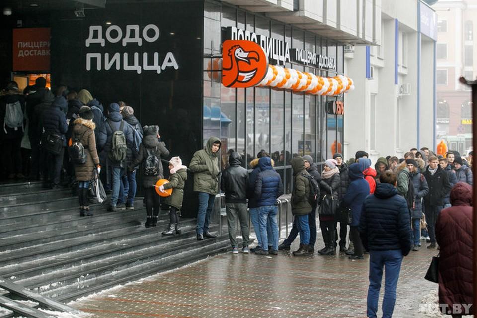 Минчане выстроились в громадную очередь и готовы часами стоять за халявной пиццей на холоде. Фото: Дмитрий Брушко, tut.by.
