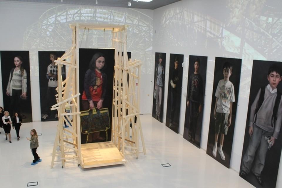 Центральный зал украшают работы современных российских художников
