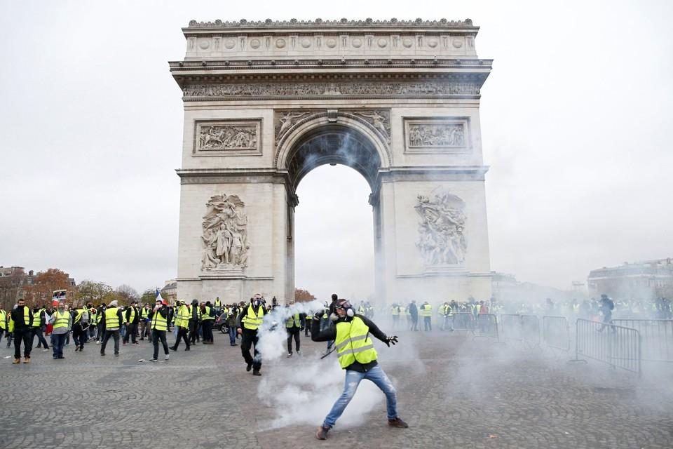 Протестующие во Франции выступают против повышения цен на бензин