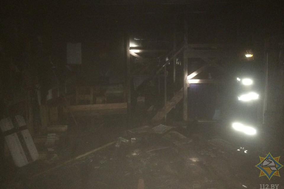 В результате огнем повреждены декорации и инвентарь на площади 10 квадратных метров в подвальном помещении. Фото: МЧС