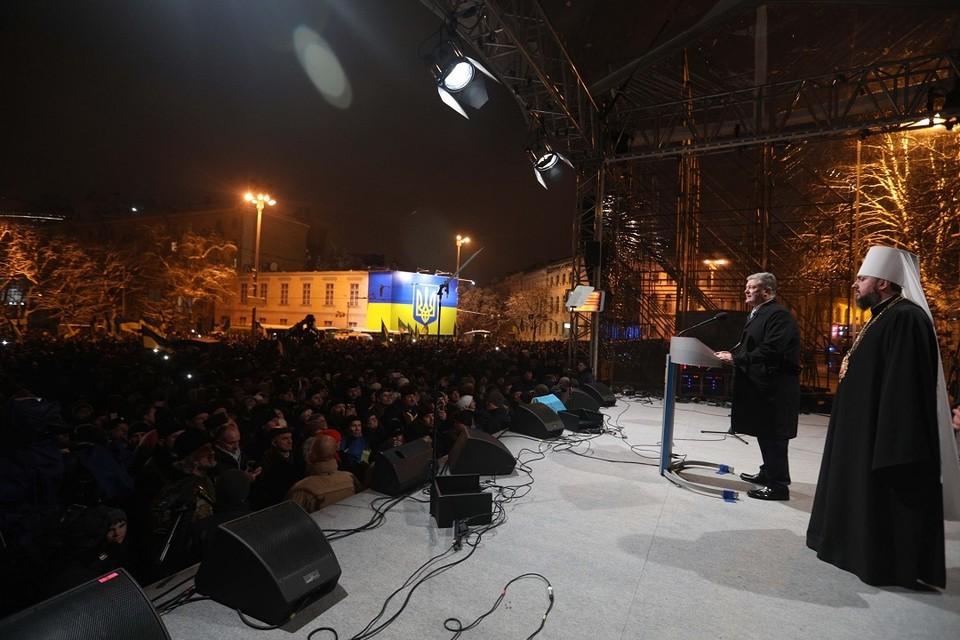 Порошенко пообещал, что государство не будет вмешиваться в дела церкви, но, противореча себе, объявил, что он не даст в обиду тех, кто решит выйти из Московского патриархата