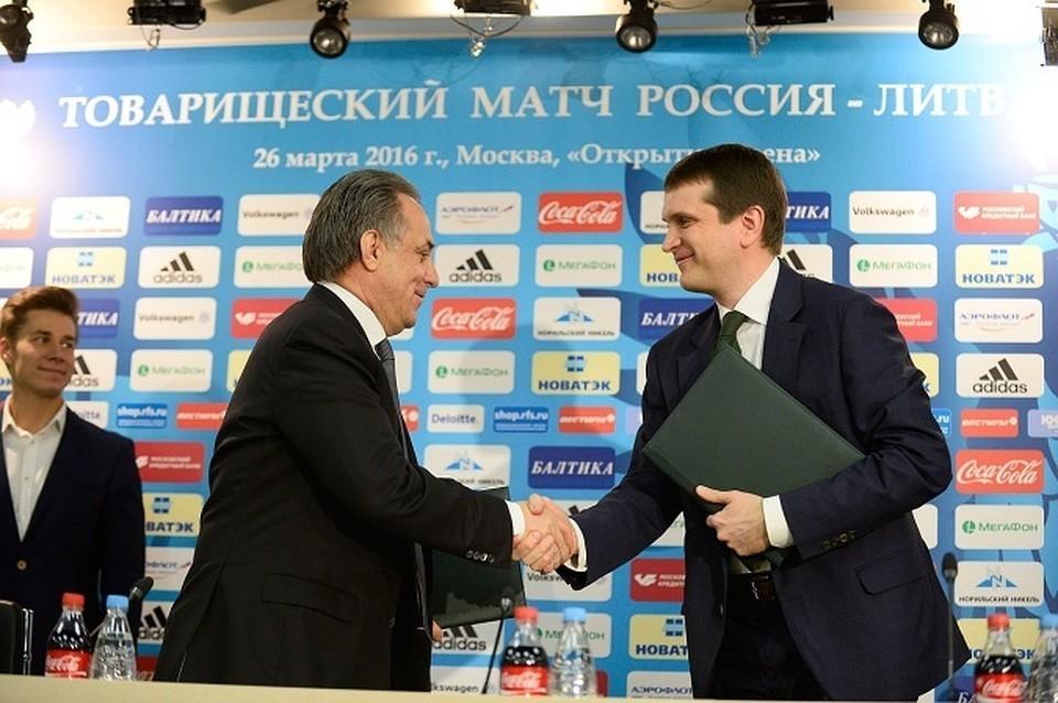 """Иван Таврин (справа) во время заключения договора о партнерстве между Российским футбольным союзом и компанией """"МегаФон"""""""