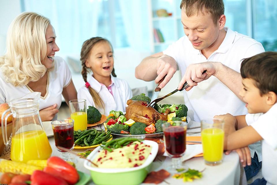 За ленивые новогодние каникулы, когда доедаем оливье, ходим в гости, много готовим, налегаем на сладкое, женщины поправляются в среднем на 4 кг, а мужчины — на 2