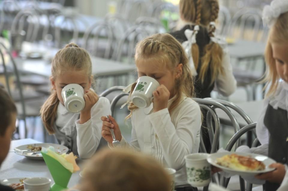 «Миллиарды тратим на себя, а ребенку - чай с булочкой»: Губернатор Хабаровского края «заглянул в рот» школьному питанию