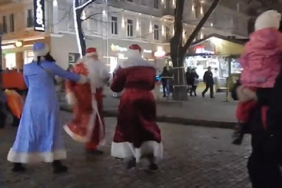 Два Деда Мороза устроили драку в Одессе. ФОТО: стоп-кадр с видео