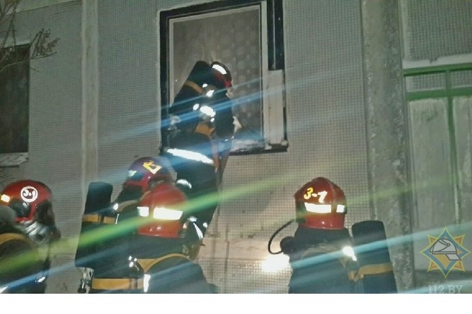Загорелась квартира на первом этаже пятиэтажки. Фото: МЧС.