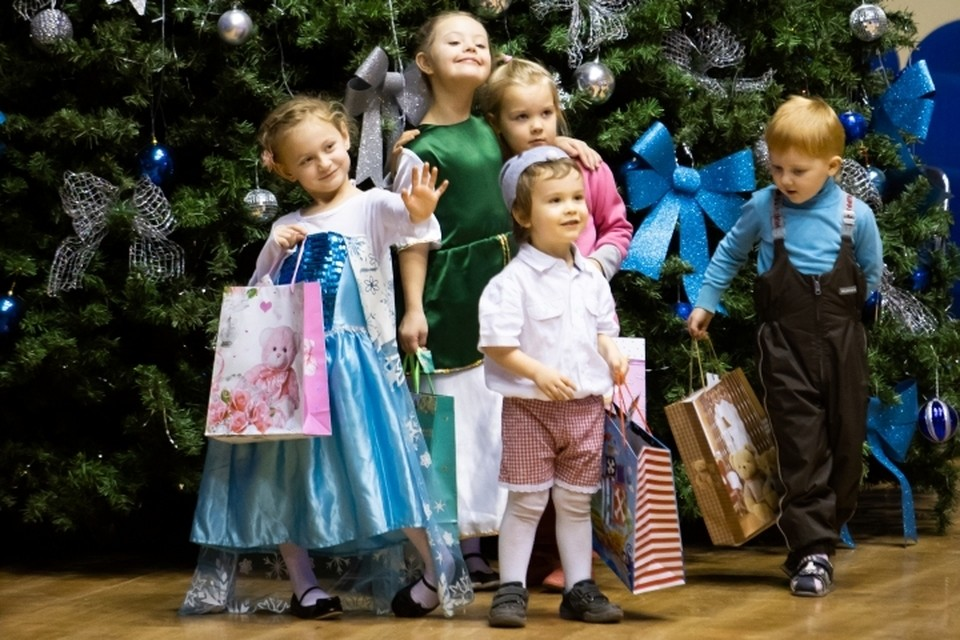 Приглашение и персональные подарки получили 125 юных участников благотворительного проекта.