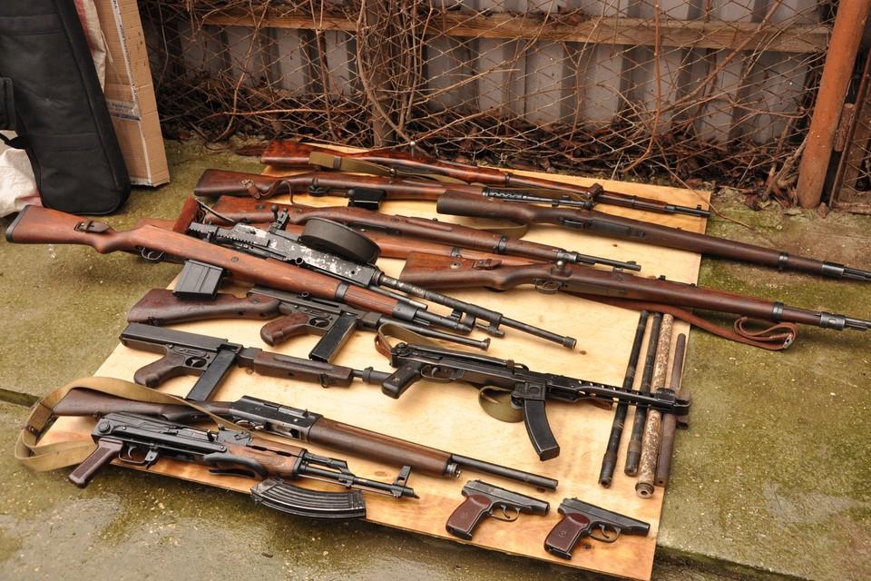 У владельца мастерской изъяли 15 единиц оружия. Фото: УФСБ по РК и Севастополю