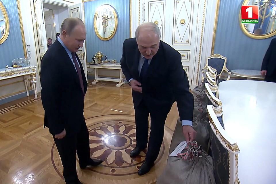 "Лукашенко подарил Путину на Новый год четыре мешка картошки и сало. Кадр телеканала ""Беларусь 1""."