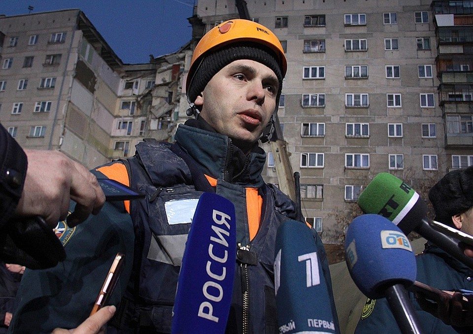 Петр Гриценко спас малыша из под завалов. Фото: Илья Московец/ТАСС