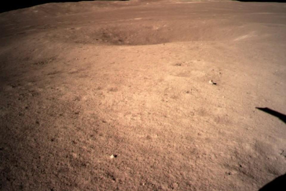 Китайский аппарат «Чанъэ-4» прислал первый снимок обратной стороны Луны