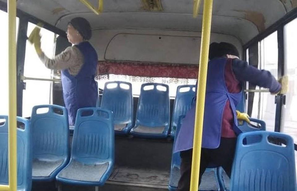 В салонах автобусов и троллейбусов ежедневно проводят влажную уборку.