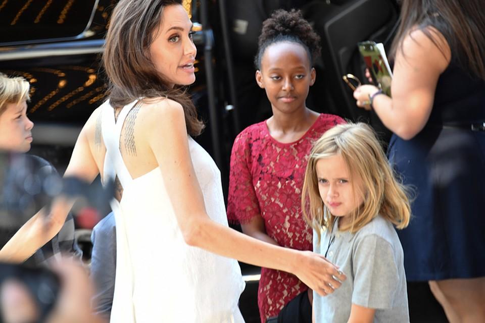 В чем Анджелина Джоли пришла на королевскую службу изоражения
