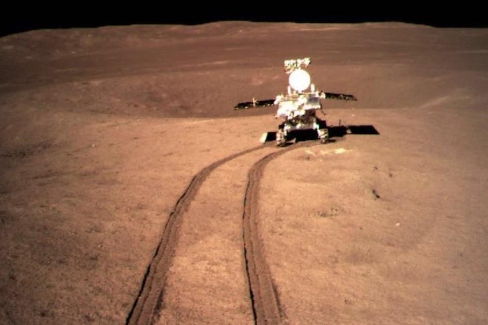 """Второй """"Нефритовый заяц"""" взрыл колесами поверхность Луны. Заметили? Луна коричневая, а не серебристая, как на небе."""