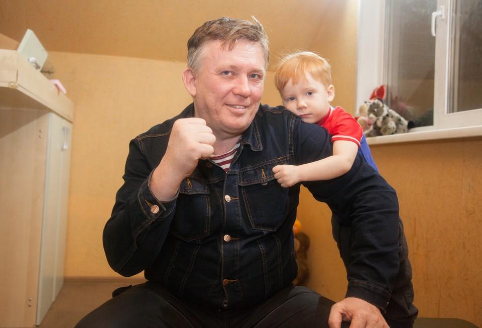Родного сына Ростислав оставил себе, а остальных отправил жить к их биологическому отцу.