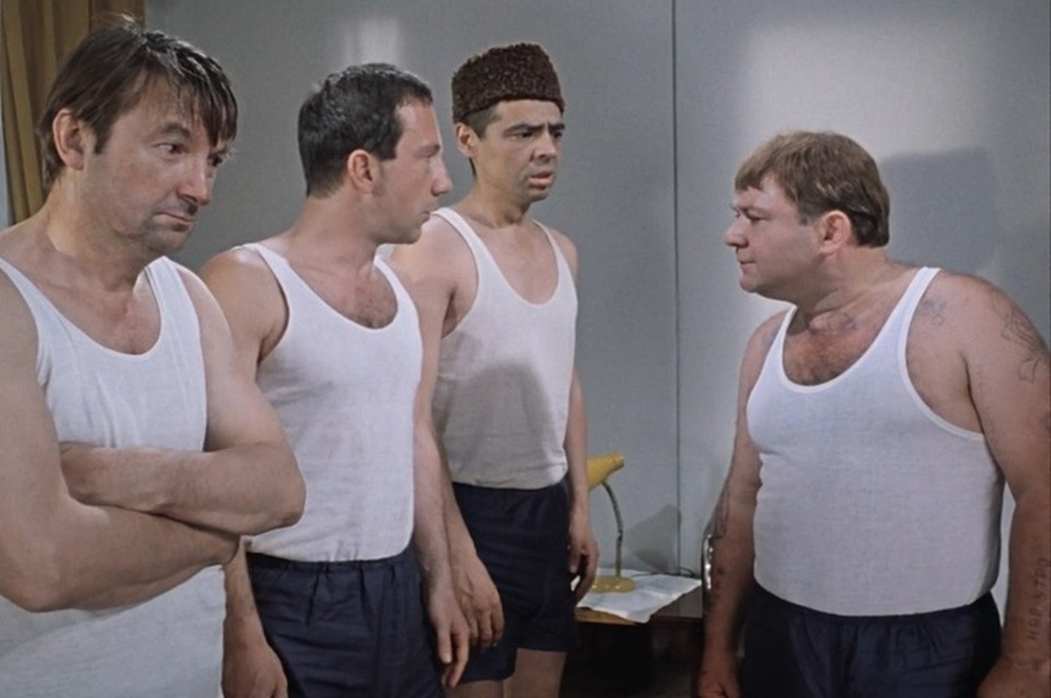 Слияние криминала и педагогики нашло своё отражение не только в кино, но и в жизни. Кадр из фильма «Джентльмены удачи».