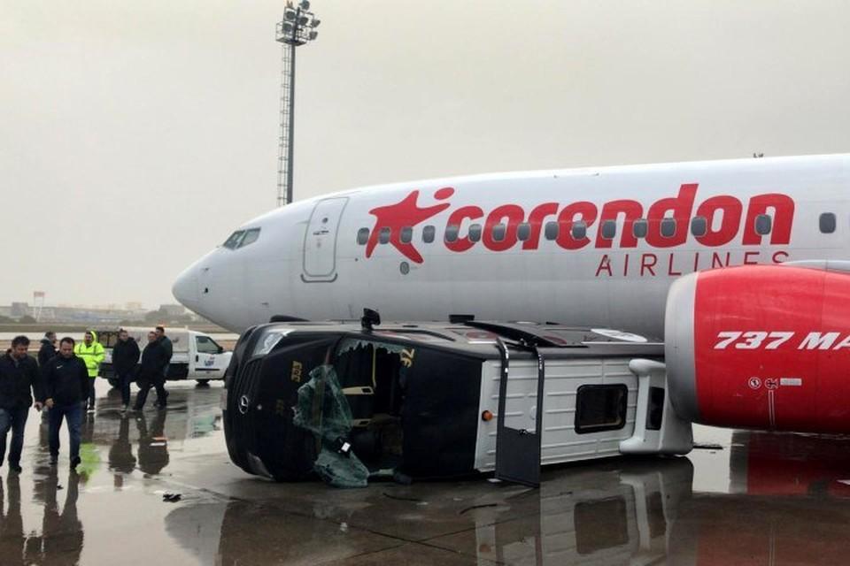 Ураганный ветер перевернул автобус, подвозивший пассажиров к самолету, и поднял в воздух трап