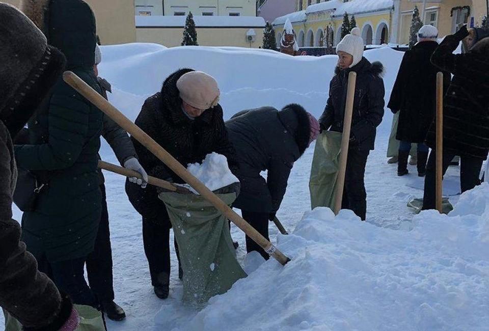 Учителей в Саратове заставили собирать снег в мешки. Фото соцсетей