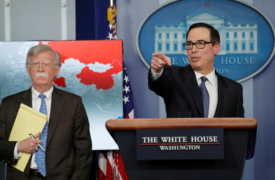 Министр финансов США Стивен Мнучин и советник президента США по нацбезопасности Джон Болтон на пресс-конференции в Белом доме