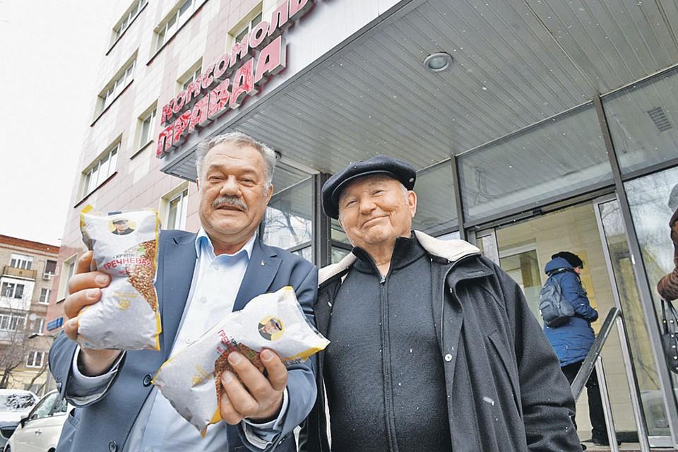 Журналист Александр Гамов - фермеру Юрию Лужкову: - Юрий Михайлович, а почему вы так мало гречки привезли в «Комсомолку» - всего-то два пакета?