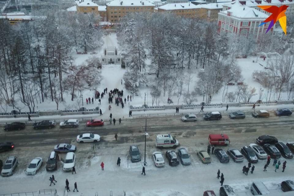 Сотни людей вышли на улицу.