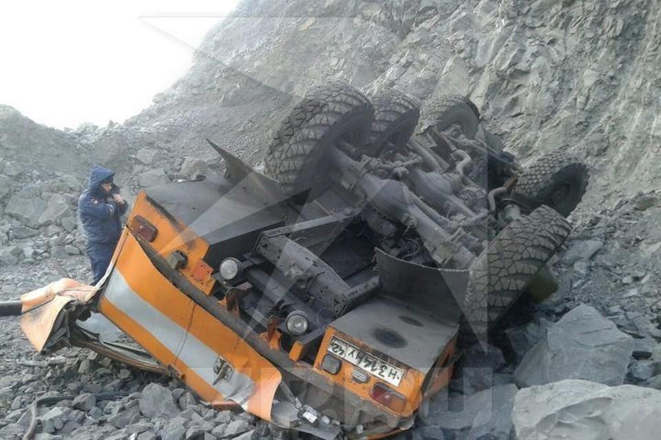 Автобус упал в обрыв и перевернулся