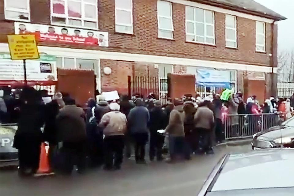 Взрослые окружили здание школы и в течение полутора часов не подпускали дверям учеников
