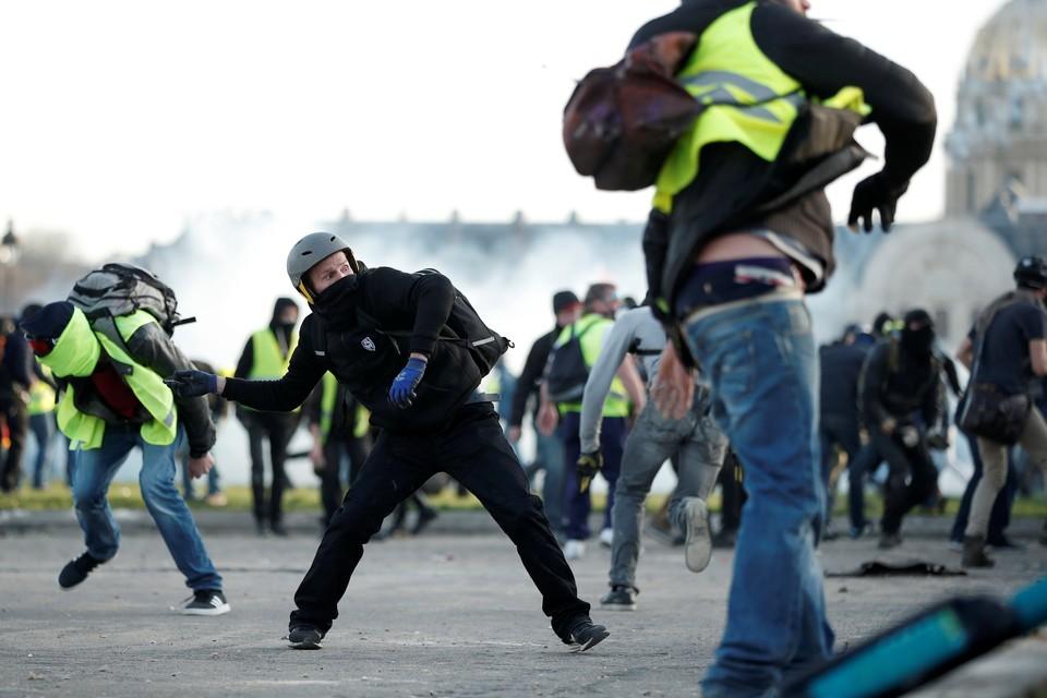"""""""Желтые жилеты"""" столкнулись с французским ОМОНом возле Дворца инвалидов во время демонстрации в Париже"""
