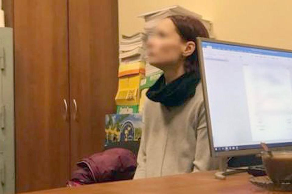Мама мальчика на допросе в кабинете следователя. Фото: СУ СК РФ по Москве
