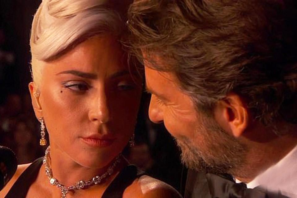 """Леди Гага и Брэдли Купер во время выступления на """"Оскаре"""" смотрели друг на друга с такой нежностью, что многие поверили: между ними не просто рабочие отношения. Фото: кадр видео."""